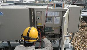 点検を行う太陽光発電メンテナンス技士